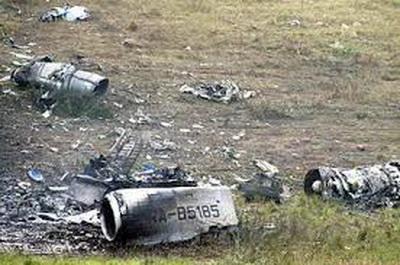 Украинские спасатели, работавшие на месте трагедии, говорят, что опознать можно лишь несколько тел погибших и одного из членов экипажа самолета. Остальные люди превратились в пепел.