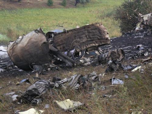 По словам очевидцев, уже через 20 минут после падения Ту-154 на место приехал специалист Донецкого аэропорта, который сообщил спасателям точные координаты места трагедии. Позже приехали пожарные. Но вплотную подобраться к самолету они не смогли - начался сильный ливень, склон холма размыло, и тушить пожар пришлось, качая по рукаву воду из озера. Керосин из разбившегося самолета тушили 10 пожарных машин.