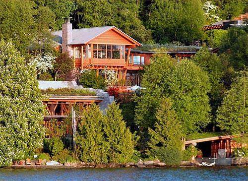 """Жилище построено в стиле  """"тихоокеанский домик» и на первый взгляд  не производит особого впечатления..."""