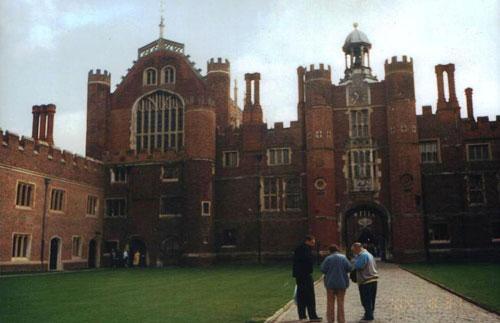 В 1529 дворец перешел во владение Генриха VIII и с тех пор в нем вплоть до эпохи Георга II (до 1760) жили британские монархи. В настоящее время часть дворцовых помещений занята вышедшими в отставку служащими королевской семьи. Представляете, как нелегко им приходится - соседствовать с достаточно буйным призраком?..