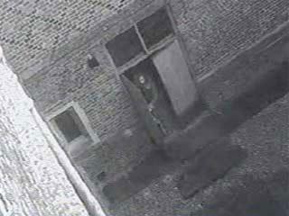 """Другой сторож дворца Иан Франклин рассказывал, что """"привидение шло вперед, открывало одну дверь, другую, и закрывало их за собой""""."""