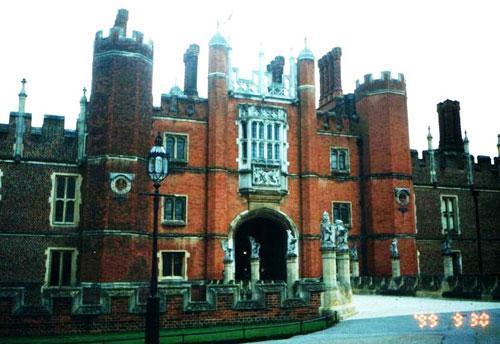 Хэмптон-корт - это дворцовый комплекс на берегу Темзы в 16 километрах к юго-востоку от Лондона, ранее служивший резиденцией британских королей. Дворец был построен для кардинала Уолси в начале 16 века...
