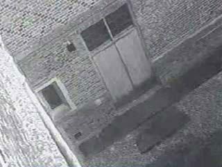 Второй скандал случился в пару лет назад. В один прекрасный день охранники заметили, что двери пожарного выхода в экскурсионной части дворца открыты, а проверив видеозапись с камер наблюдения, они с удивлением обнаружили там фигуру в старинной одежде...