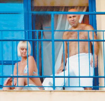 Поэтому Валерия устроила себе отдых под лучами южного летнего солнца прямо на балконе роскошного люкса «Парк отеля», где поселилась со своим супругом…