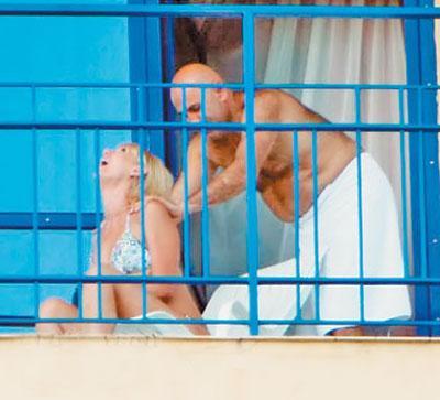 Следом за Валерией на балконе появился слегка раздобревший любящий муж, который принялся делать расслабленной Валерии нежный массаж…