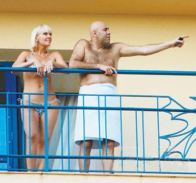 Через пару часов звездная пара удалилась в свои апартаменты, чтобы показаться уже перед началом выступления - супруги крепко держались за руки, а во время выступления весь зал подпевал Валерии в песне «Мы вместе»…