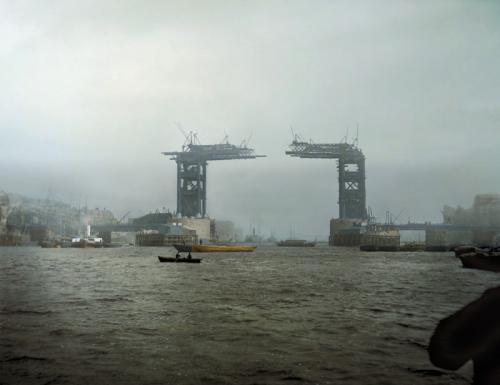 1889 год. Проектирование Тауэрского моста началось в 1881 году, а открыт мост был спустя 13 лет. Автор проекта сэр Гораций Джонс предусмотрел, чтобы центральная часть моста поднималась, чтобы пропускать пассажирские суда.