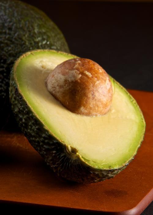 Авокадо — тройной «сжигатель» жира. Плод растения богат жирами, однако преимущественно мононенасыщенными, которые ускоряют метаболизм и защищают клетки от повреждений свободными радикалами. Кроме того, авокадо снижает уровень холестерина в крови, риск сердечно-сосудистых заболеваний и инсульта. Позавтракайте половиной авокадо с помидором и морской солью, или салатом из авокадо и шпината.