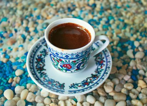 Кофе. Многие не мыслят своё ежедневное пробуждение по утрам без чашки крепкого кофе. Содержащийся в нем кофеин помогает нам чувствовать себя бодрыми. Когда доза кофеина попадает в организм, она увеличивает частоту сердечных сокращений, кровь переносит больше кислорода и больше калорий сжигается. К сожалению, портят «картину» разнообразные добавки к кофе и сахар. Попробуйте в качестве добавки к кофе корицу.