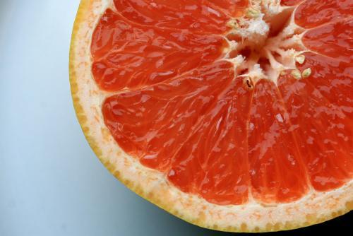 Грейпфрут способствует ускорению метаболизма, а также помогает снизить уровень холестерина. Вы можете добавить плоды грейпфрута в фруктовый или овощной салат, сделать фреш или съесть без ничего в качестве перекуса.