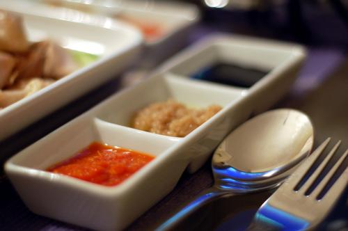 Острая пища помогает быстрее сжигать калории. Она может стать прекрасным дополнением к основному блюду. К примеру острые соусы на основе перца чили.