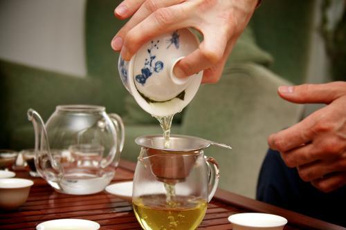 Известно, что зелёный чай способствует повышению скорости метаболизма на 4 %, при этом не увеличивая частоты сердечных сокращений. Конечно, этого недостаточно для немедленного похудения, однако регулярное его употребление даёт свои плоды. Порадуйте свой организм, выпив чашку горячего ароматного чая!