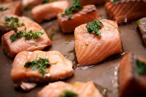 Научно доказано, что Омега-3 действует как регулятор метаболизма — она влияет на уровень гормона лептина, который, в свою очередь, регулирует энергетический обмен. Организм человека не умеет синтезировать Омегу-3 самостоятельно, поэтому крайне важно употреблять в пищу рыбу, содержащую много Омеги-3 (например, сельдь, тунец, лососевые).