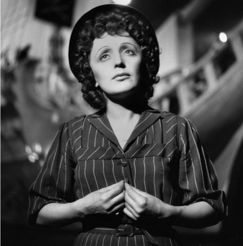 Эдит Пиаф, 47 летВ 1961 году, в возрасте 46 лет Эдит Пиаф узнала, что она неизлечимо больна раком печени. Несмотря на болезнь, она, превозмогая себя, выступала. Последнее её выступление на сцене состоялось 18 марта 1963 года. Зал стоя устроил ей пятиминутную овацию. 10 октября 1963 года Эдит Пиаф скончалась.