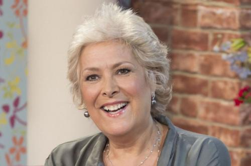 Линда Беллингем, 66 летВ 2014 году актриса и телеведущая Линда Беллингем скончалась в возрасте 66 лет. Линда боролась с раком толстой кишки, который впоследствии распространился на легкие и печень. Болезнь диагностировали в июле 2013 года. В начале 2014 года актриса сообщила, что больше не намерена продолжать лечение, и отказалась от курса химиотерапии. Она объяснила свое решение тем, что хочет спокойно прожить оставшееся время, не изнуряя себя тяжелыми процедурами.