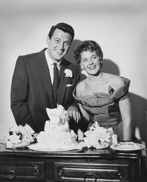 Рок Хадсон В 1955 году Рок Хадсон женился на секретарше Филлис Гейтс, однако уже спустя два года их брак распался. На протяжении многих лет любовниками Рока были мужчины, однако этот факт не предавался гласности. В 1985 году Хадсон стал одним из первых звездных мужчин, объявивших о гомосексуальности и своем ВИЧ-заболевании одновременно. Болезнь сгубила актера: его не стало в том же году.