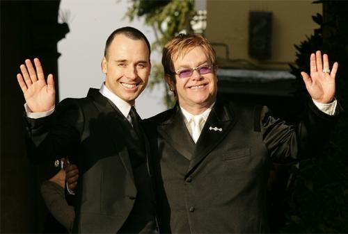 Однако их брак продлился недолго: спустя четыре года последовал развод, а в 1993 года Элтон совершил каминг-аут и начал встречаться с режиссером Дэвидом Фернишем.