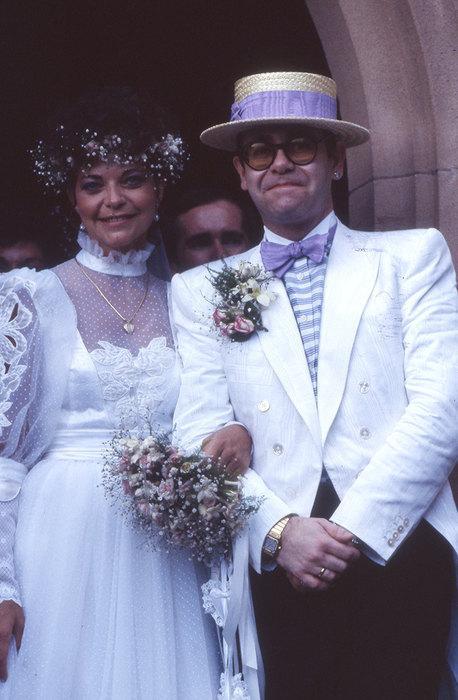 Элтон Джон Элтон Джон познакомился с будущей супругой Ренатой Блауэль в 1983 году, она работала звукоинженером и записывала альбом. Уже через год Элтон сделал Ренате предложение. Они поженилась в День святого Валентина в Сиднее.