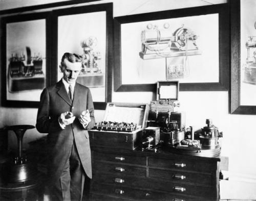 Никола Тесла страдал расстройством личности, был до ужаса чистоплотен, избегал шарообразных предметов вроде бильярдных шаров и селился только в гостиничных комнатах с номером, кратным трём.  Кроме того, изобретатель был приверженцем так называемой евгеники — концепции всеобщей селекции, с помощью которой необходимо влиять на генетическое развитие человечества. Иными словами, Тесла считал, что люди с физическими и психическими отклонениями не должны иметь право на потомство, чтобы генофонд становился чище и качественнее.