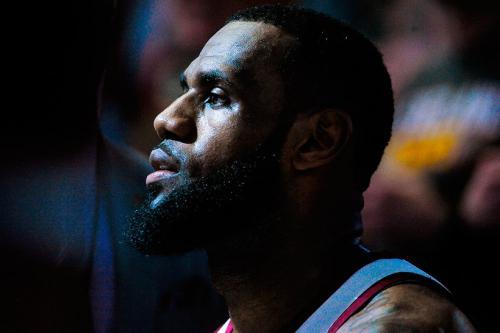 6. Леброн Джеймс, 33 года, США Спорт: баскетбол, «Кливленд Кавальерс» Общий доход $85,5 млн Зарплата/призовые $33,5 млн Рекламный доход $52 млн Четырехкратный MVP главной баскетбольной лиги мира восьмой раз подряд (и в девятый за карьеру) вывел свою команду в финал НБА. По ходу сезона 2017/18 он побил давнишний рекорд Джордана по длительности серии матчей с двузначным числом набранных очков, а также стал самым молодым игроком, набравшим 30 000 очков за карьеру. Его успехи за пределами площадки тоже впечатляют. В партнерском списке Леброна Nike, Coca-Cola (Sprite), Beats By Dre, Nike, Kia Motor, Intel и Blaze Pizza. В Blaze он был ранним инвестором, теперь его инвестгруппе принадлежит 17 быстрорастущих франшиз. Именные кроссовки Леброна — самые продаваемые в НБА. У баскетболиста есть своя продюсерская (SpringHill Entertainmen) и медиакомпания (Uninterrupted). Даже 2% акций «Ливерпуля», которые Леброн приобрел через партнерство с Fenway Sports Group, взлетели в цене после выхода команды в финал Лиги чемпионов впервые с 2007 года. Кроме того, Джеймс анонсировал большой детский проект в Огайо. За три года его фонд планирует потратить $41 млн на бесплатное обучение детей в колледже, а в 2018-м откроет первую собственную начальную школу.