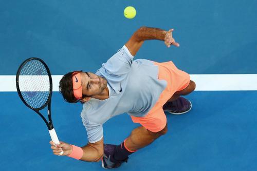 7. Роджер Федерер, 36 лет, Швейцария Спорт: теннис Общий доход: $77,2 млн Зарплата/призовые: $12,2 млн Рекламный доход: $65 млн Величайший теннисист всех времен довел свой рекордный счет титулов «Большого шлема» до 20. В 2018-м Федерер ненадолго вернул себе статус первой ракетки, став самым возрастным лидером рейтинга ATP. За карьеру он выиграл $116 млн призовых, но на рекламе он зарабатывает гораздо больше. Mercedes-Benz и Lindt возобновили сотрудничество с Федерером в конце 2017-го. В прошлом же году партнером теннисиста стал макаронный бренд Barilla — стоимость сделки оценивают в $40 млн. Многие спонсорские соглашения Федерера длятся более десяти лет. В его рекламном портфолио Nike, Wilson, Credit Suisse, Mercedes, Rolex, Lindt, Jura, Moet & Chandon, Sunrise и NetJets. К концу 2018-го благотворительный фонд Роджера собрал более $40 млн на образовательные программы для африканских детей.
