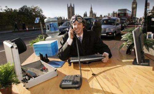 10. Офисный стол на колесахОчередное безумное творение Эда. На этот раз - офисный стол на колесах с двигателем. Шутки-шутками, но разгоняется это