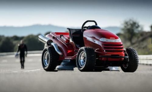 1. Газонокосилка HondaПирс Уорд из британского журнала Top Gear смог разогнать газонокосилку Honda до 187 км/ч после того, как на нее установили 109-сильный двигатель от спортивного мотоцикла Honda VTR Firestorm, а также колеса от ATV.