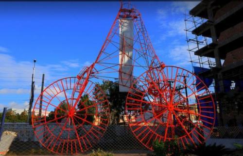 6. Огромный трициклЭтот трицикл размером с четырехэтажный дом был сконструирован индейцем Судхакаром. На нем можно не только сидеть, но и ездить. Надо отметить, что сверху открывается отличный обзор на окрестности.