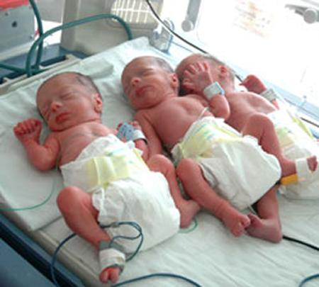 Интересно, что как правило такая многодетная мама рожает и мальчиков, и девочек... Так что рождение вот этих трех маленьких мужчин в городе Новосибирске считается большой редкостью...