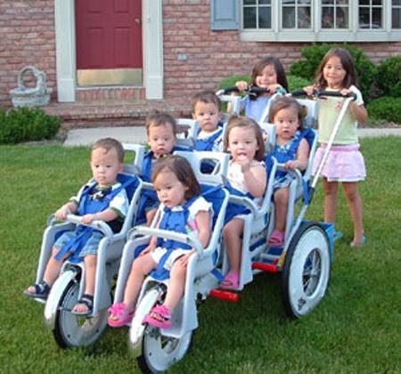 Сразу шесть малышей - три мальчика и три девочки - родились у жительницы американского штата Алабама... Самый маленький из новорожденных весил менее 500 граммов, самый крупный - около 800. Роды сопровождались кесаревым сечением, и каждый из малышей появлялся на свет с интервалом в три минуты. Ни один из шестерни не имел множественных осложнений... За год в мире регистрируется примерно 95 случаев появления на свет шестерняшек...