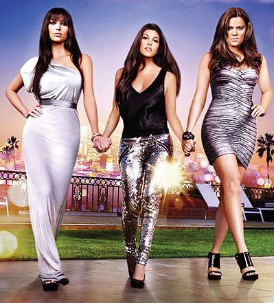 """Ким, Хлое и Кортни Кардашьян в шоу """"Семейство Кардашьян""""."""