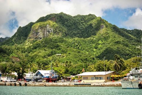 Местные жители — полинезийские аборигены, и они совсем не избалованы туристами. В год сюда приезжает не больше 100 тысяч иностранцев. Для сравнения: Гавайи привлекают в год 8 млн туристов.