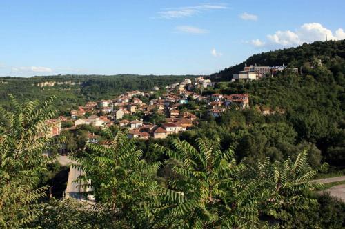Велико Тырново, Болгария Это местечко находится в долине одноименной реки в северной части Болгарии. Это лучшая Ривьера на побережье Черного моря. Здесь так же красиво, как и во Франции, но бутылка пива стоит всего $0,8. Население — всего 200 тысяч человек.