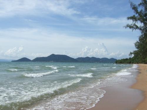 В чем же подвох? Ну, это не «детский» чистый пляжный остров, где вы будете сутками напролет лежать под зонтиком. Дикий местный пляж иногда украшают стаи бездомных собак или другие обитатели леса. Зато только здесь вы можете почувствовать, как далеко вы от цивилизации.