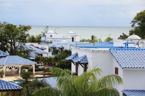 Жемчужные острова, Панама В 30 километрах к западу от материковой части Панамы лежит удивительный архипелаг в Тихом океане. Когда-то здесь добывали огромное количество жемчуга. Было время, когда на этих островах прятались от властей наиболее могущественные пираты. Сейчас это место — пристанище великолепных курортов для местных.