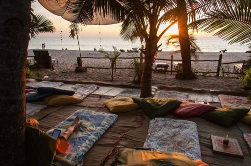 Пляжи Агонда, Гоа, Индия Южная часть побережья Гоа — место, которое позволяет кататься на слонах прямо на пляже. Бутылку вина тут можно купить за $0,5, постричься — за $0,6, а снять лачугу на берегу моря — за $120 в месяц. Серьезно, что вам еще нужно?