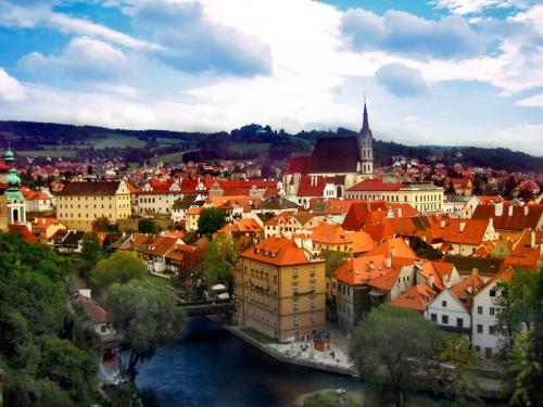 Чески-Крумлов, Чешская Республика Этот сказочный городок находится в чешской провинции Богемия. Весь город — как один огромный средневековый замок. Все улицы в нем мощеные. Здесь регулярно проходят ярмарки в стиле эпохи Ренессанса, а также бесподобный Фестиваль роз. Обед из трех блюд на двоих здесь круглый год стоит $20, а квартиру можно снять за $400 в месяц. А еще тут есть река Влтава — идеальная площадка для любителей рафтинга. Загвоздка только в том, что для нормальной жизни здесь придется хотя бы немного подучить чешский.