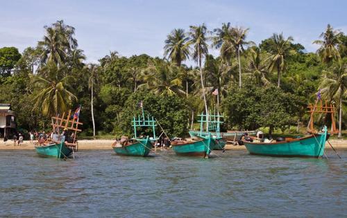 Ко-Тонсай, Камбоджа Это небольшой остров на юге Камбоджи. Настоящий рай из джунглей и пляжей. Здесь почти никто не живет, если не считать несколько рыбацких семей. Так что найти подходящее бунгало можно будет за смешные деньги. Здесь можно отдыхать на пляже или исследовать местную пещеру в джунглях. За пять баксов местные рыбаки прямо при тебе приготовят вкуснейший ужин из пойманного ими же краба. А любые другие морепродукты здесь стоят доллар-два.