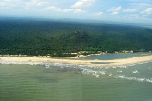 Хо Кок-Бич, Вьетнам Юго-восточное побережье Вьетнама славится тем, что на нем находится 11 тысяч гектаров тропического леса. И это едва ли не лучшее место в Азии для дайвинга и подводной охоты: здесь проходит огромный барьерный риф. И тут свободно от туристов даже по выходным.