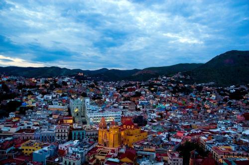 Гуанахуато, Мексика Прямо посреди Мексики находится классный культурно развитый город Гуанахуато. Отличную квартиру здесь можно снять за $150-200 в месяц, бокал пива в баре стоит меньше $1, а билет в кино — жалкие $3.