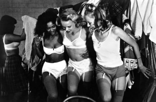 Николь Кидман и Наоми УоттсАвстралийские актрисы подружились более тридцати лет назад, когда подростками снимались в рекламе купальников, после чего доехали домой на такси, оплатив его пополам.