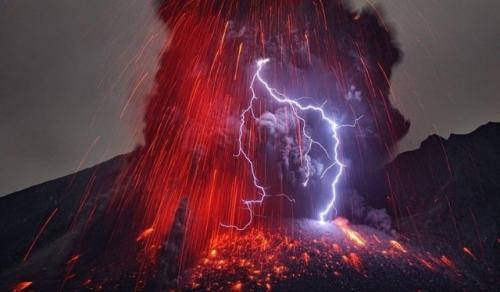 Грязевые грозы, также известные как вулканические молнии. Возникают, когда молния появляется в вулканическом шлейфе.