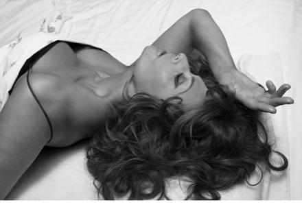 """Черно-белые снимки известной актрисы в одном нижнем белье в ближайшие дни появятся на страницах нового издания календаря """"Пирелли""""."""