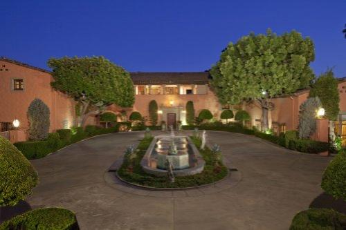 ��� ������� (Beverly House) � 135 ��������� ����������� ������� ���������� ������� ���������� ����� ������� � ����������. �������, ����� � ����� ������� �������� ������ �� ����� ���������� ������ �������������. ��� ������������ � 30 ���������, ������� ��������� ����� � ���������� ��������� �� �������� ������, �� ������ ������ ���������� �� �������.