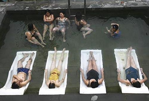Рыбка- «доктор» питается мертвой кожей. Поэтому посещение бассейна, изобилующего такой рыбой  укрепит, подтянет, очистит и отполирует вашу кожу, не говоря о том, что «доктор» избавит пациентов, страдающих псориазом, от ороговевших и омертвевших кожных бляшек…