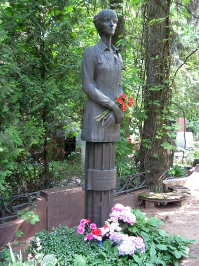 За год до трагедии, будучи в Болгарии, Лариса посетила знаменитую Вангу, предсказавшую ей скорую смерть. Услышав это, режиссер в тот же день вместе с подругой пошла в храм и взяла с нее клятву, что если она умрет, то подруга позаботится об ее сыне Антоне.