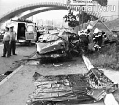 В момент трагедии Пилявин ехал в сторону Бородинского моста на своем БМВ-525 - на полной скорости автомобиль занесло и выбросило к ограждениям вентиляционных шахт метро.