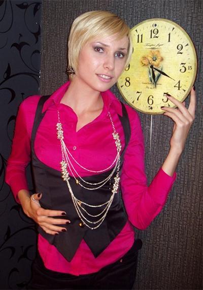 27-летняя актриса была известна широкой публике по ряду второстепенных ролей в кино, в частности, в телесериале «Улицы разбитых фонарей» и в кинолентах «Золото Трои» (2008), «Мамочка, я киллера люблю» (2009), «Врач» (2010).