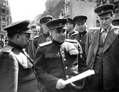 Николай Берзарин (1 апреля 1904 - 16 июня 1945) 41-летний советский военачальник, Герой Советского Союза, погиб в автокатастрофе в берлинском районе Фридрихсфельде, на перекрестке Шлоссштрассе и Вильгельмштрассе (ныне - Ам-Тирпарк и Альфред-Ковальке-Штрассе).