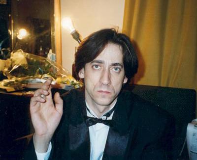 Евгений Дворжецкий (12 июля 1960 - 1 декабря 1999) 39-летний советский и российский актер театра и кино погиб на обратном пути из Института иммунологии, куда он отправился утром рокового дня на обследование - врачи подозревали у артиста наличие астмы.